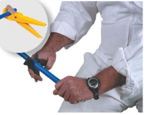 1. חיתוך עם מזמרה: חתוך את הצינור כשהמזמרה בניצב לציר האורך של הצינור.